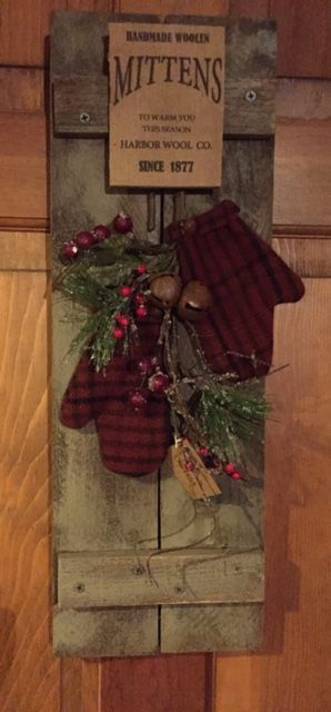 20 Alternatives to Wreaths for Fall and Winter - Wooden plank and mittens - Life on Kaydeross Creek